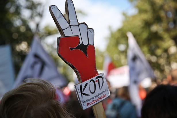 """Pytany o przekaz marszu KOD w rozmowie z portalem Wirtualna Polska Kijowski mówił z kolei, że """"warto się łączyć wokół rzeczy i wartości najważniejszych"""" i że ma nadzieję, iż """"następnym razem albo za dwa lata"""" Komitet pójdzie """"razem z narodowcami"""""""
