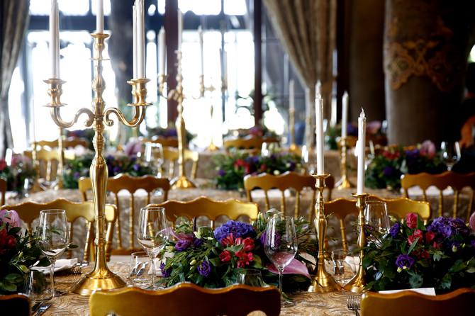 Sjajni cvetni aranžmani na stolovima