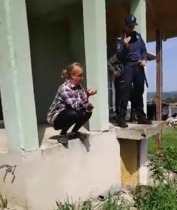 Policija i vlasnici kuće