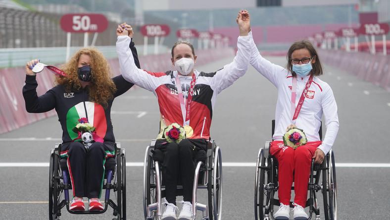 Podium w jeździe indywidualnej na czas na handbike'u na igrzyskach paraolimpijskich, od lewej: Marokanka Saida Amoudi, Chinka Lijuan Zou i Renata Kałuża