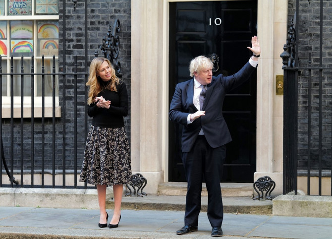 Keri Simonds i Boris Džonson aplaudiraju ispred Dauning strita