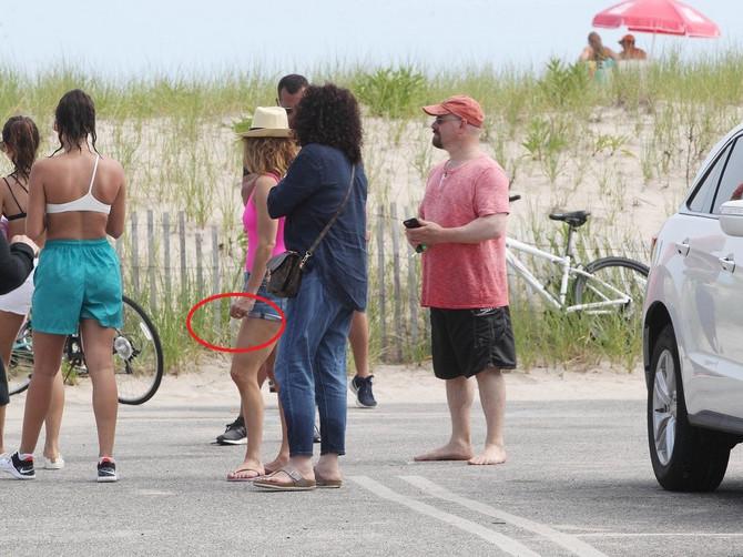 Pevačica uslikana na plaži, a svi bruje o 2 DETALJA NA NJOJ: Jedan je VERENIČKI PRSTEN i ljudi kažu da je ZASLUŽILA MNOGO BOLJI