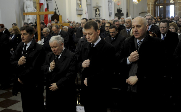 Mariusz Błaszczak, Jarosław Kaczyński, i Joachim Brudziński w czasie mszy świętej w intencji ofiar