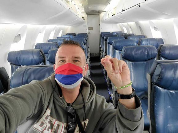 U avionu sa maskom, a na maski - grb Srbije