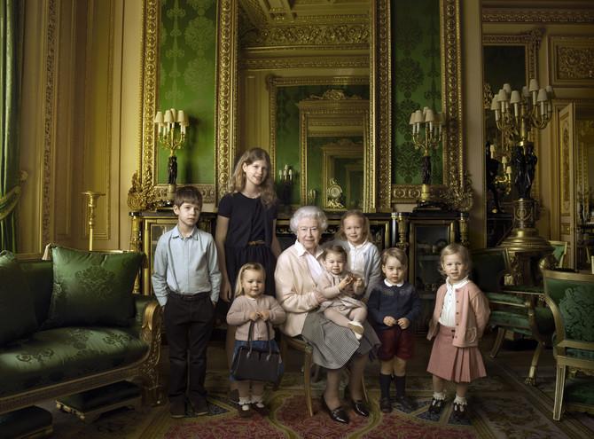 Kraljica sa praunucima:Džejms, Luis, Mia, Šarlot, Savana, Džordž i Isla