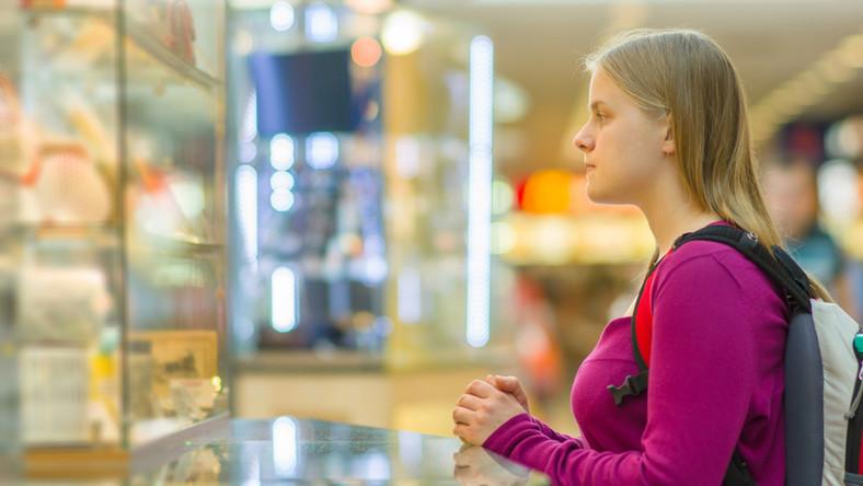 Dlaczego drogie sklepy nas onieśmielają?