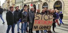 """Krzyk przeciw """"torturom na granicy"""". Krakowski marsz solidarności z migrantami"""