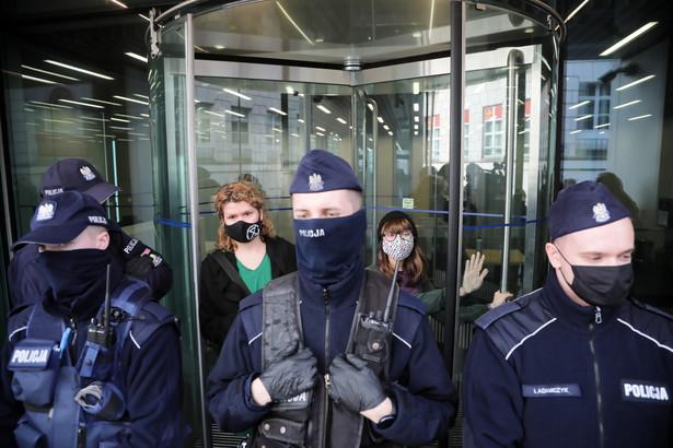 Aktywistki Extinction Rebellion blokują wejście do budynku U kompleksu sejmowego w Warszawie