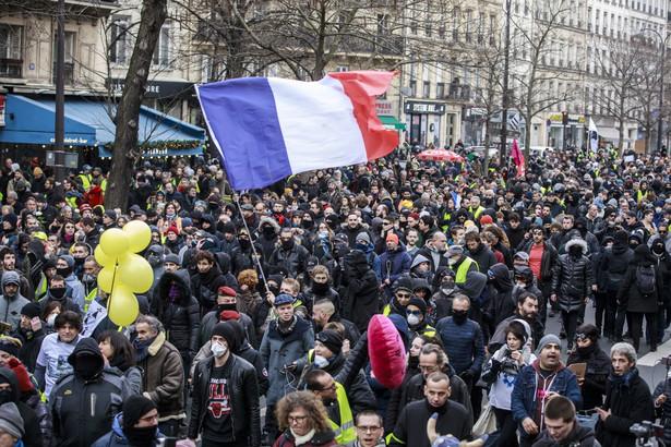 Ponad 600 mln euro strat poniosły koleje państwowe SNCF z powodu trwającego od 5 grudnia strajku przeciwko reformie emerytalnej we Francji - poinformował w poniedziałek prezes firmy Jean-Pierre Farandou w nagraniu do pracowników. Wezwał do przerwania strajku.