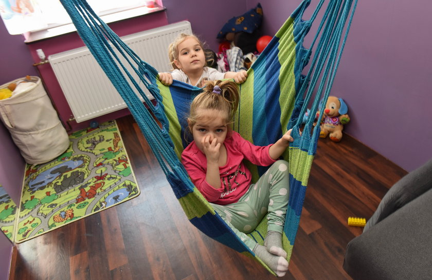 4-latka opiekuję się chorą siostrzyczką