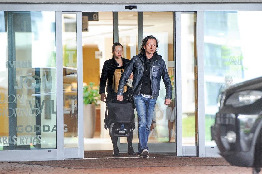Piotr i Agata Rubik wychodzą z dzieckiem ze szpitala
