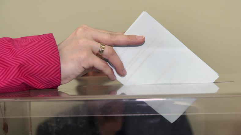 Wyborom może zaszkodzić zjawisko elektryzowania się urn