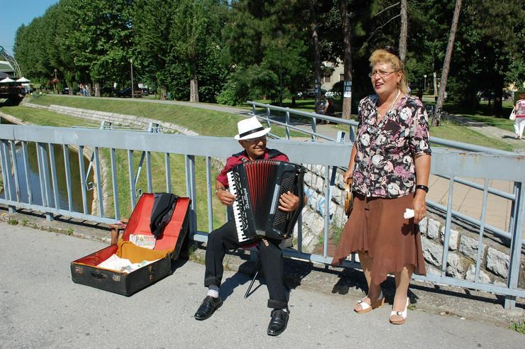 503450_loznica06-pesmom-protiv-krize-jovanovici-pevaju-u-centru-grada-foto-m.pantelic