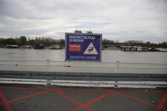 Upozorenje koje se nalazi na ograđenom parkingu u blizini mesta odakle je mladić pao
