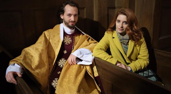 Anastazja (Karolina Bacia) z księdzem Olkiem (Jan Hussakowski).