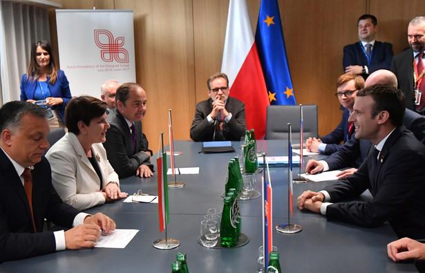 Prezydent Francji Emmanuel Macron podczas spotkania z szefami rządów państw Grupy Wyszehradzkiej Viktor Orban Beata Szydło