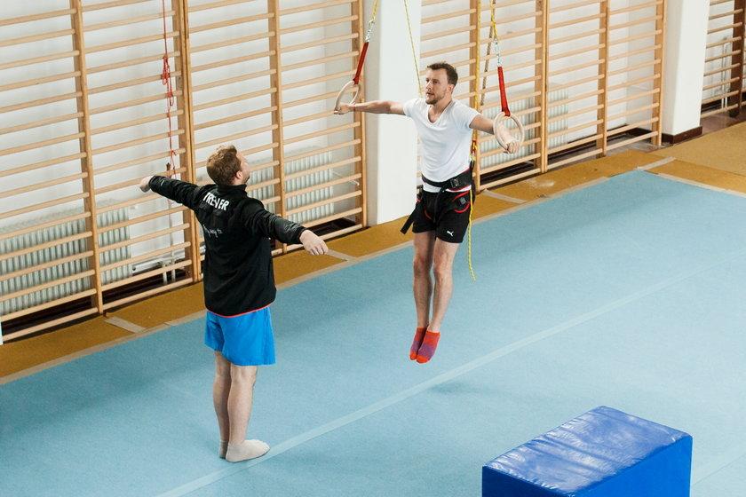 Piotr Kupicha na sali gimnastycznej