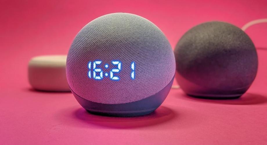 Amazon Echo Dot 4 mit Uhr 2020 im Test: klein, laut, rund