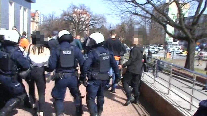 Jest film policji z pałowania w Głogowie. Widać, co działo się chwile przed interwencją