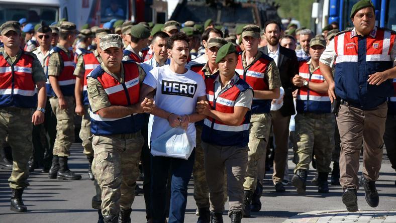 Uwaga! W Turcji za nieprawomyślny możesz T-shirt trafić na dołek