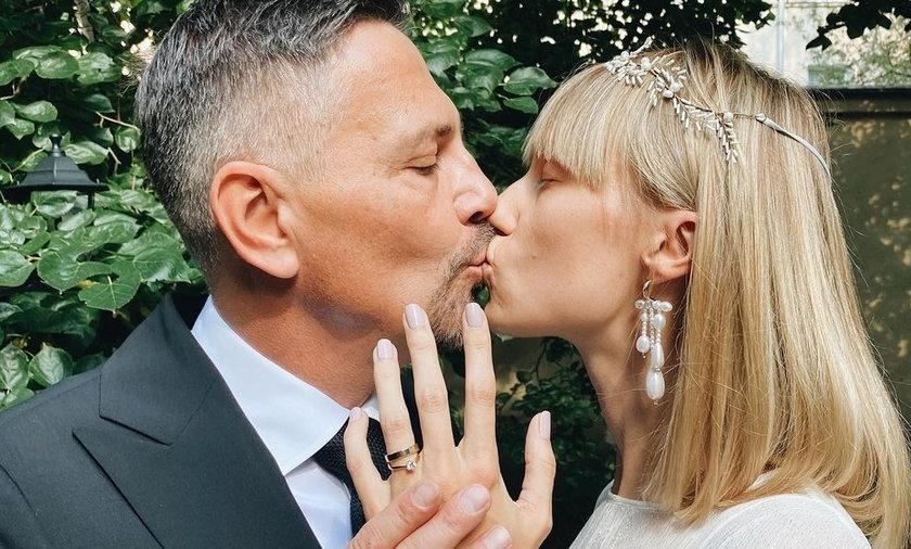 Krzysztof Ibisz pojął za żonę Joanną Kudzbalską. Pierwszy pocałunek zakochanych? Na pewno ten pierwszy oficjalny.