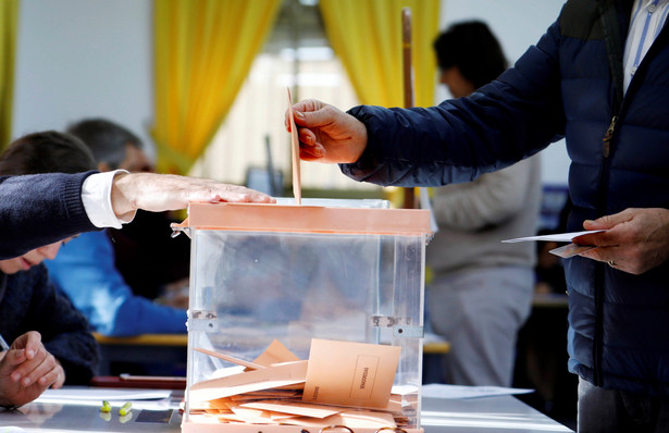 Niedzielne wybory parlamentarne w Hiszpanii wygrała Hiszpańska Socjalistyczna Partia Robotnicza (PSOE) premiera Pedra Sancheza - wynika z sondażu firmy GAD3 przeprowadzonego dla telewizji TVE. Według badania socjaliści zdobyli 114-119 mandatów w niższej izbie parlamentu.