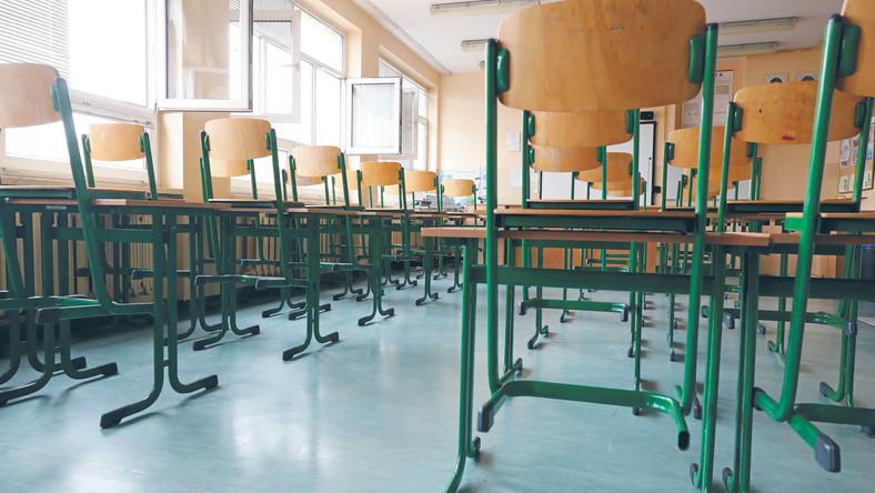 Z opustoszałych klas nauka przenosi się do sieci. Nauczyciele muszą się przeszkolić w obsługiwaniu wirtualnych narzędzi