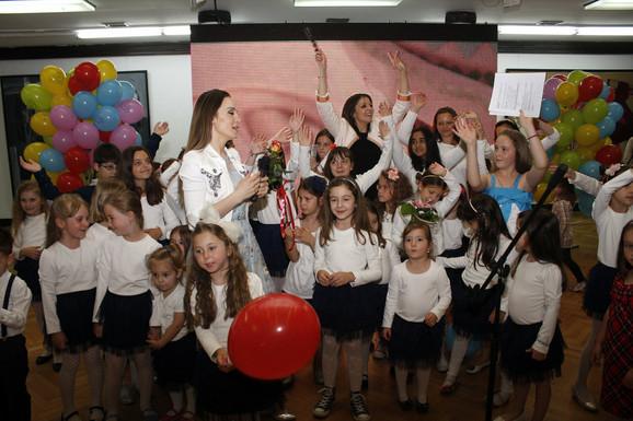 Mari Mari i Jelena Tomašević sa mališanima iz muzičke radionice