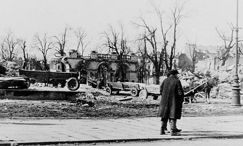 Wysadzanie Pałacu Saskiego rozpoczęło się tuż po upadku powstania. Tu widać ocalały fragment kolumnady.