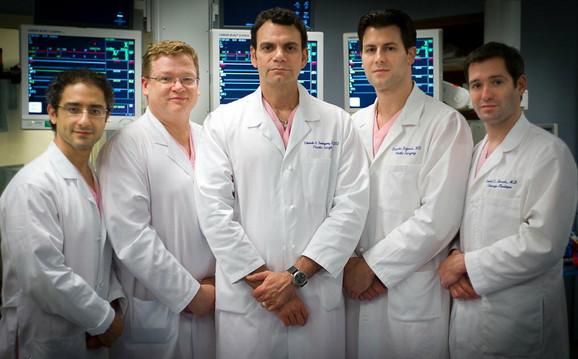 Dr Bojović (drugi sa desna) je sa četvoricom američkih kolega godinu dana pripremao transplantaciju lica pacijenta, kojem je to bila jedina šansa za normalan život