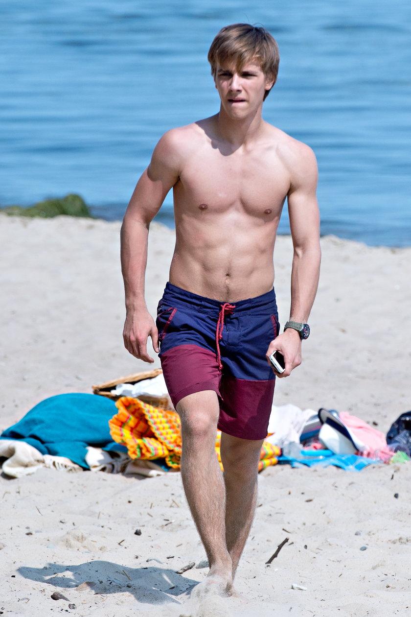 Maciej Musiał na plaży