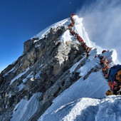NEVEROVATNO Alpinista preminuo na vrhu Mont Everesta, ali ne zbog hladnoće, nego zbog GUŽVE (FOTO)