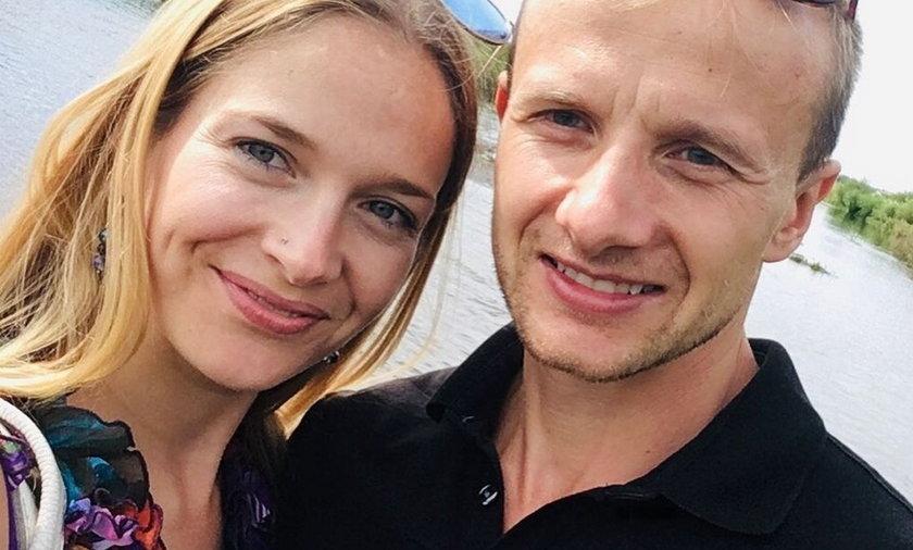 """""""Rolnik szuka żony"""". Marta i Paweł są zaręczeni? Fani zauważyli na palcu serdecznym kobiety efektowny pierścionek"""