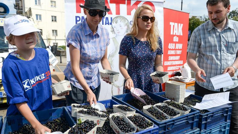 Niecodzienna akcja rozpoczęła się w poniedziałek po godz. 14 na Krakowskim Przedmieściu. Pod pomnikiem Mikołaja Kopernika w Warszawie zebrali się zwolennicy Kukiza, członkowie komitetów referendalnych i Ruchu Oddolnego oraz WoJOWnicy. Wspólnie zachęcali do udziału w referendum w sprawie jednomandatowych okręgów wyborczych, a przy tym rozdawali przechodniom czarne porzeczki.