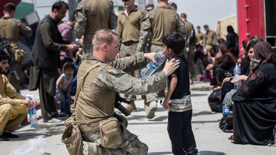 Ewakuacja na lotnisku w Kabulu. (Zdjęcie ilustracyjne)