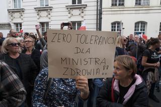 Przeciwnicy obostrzeń antycovidowych demonstrowali w Warszawie