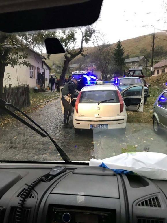 Policajci izašli na teren zbog krađe traktora kada je pucano na njih