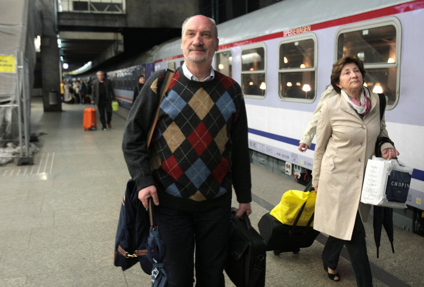 Macierewicz zamawia specjalny pociąg