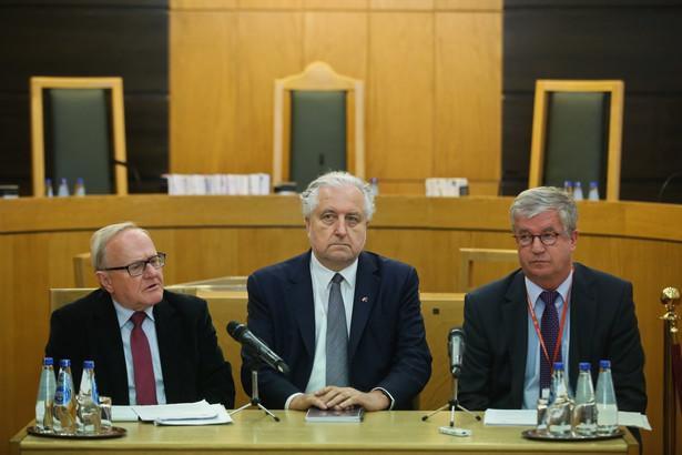 Prezes Trybunału Konstytucyjnego Andrzej Rzepliński, wiceprezes TK Stanisław Biernat oraz sędzia TK Andrzej Wróbel podczas konferencji prasowej po wydaniu orzeczenia