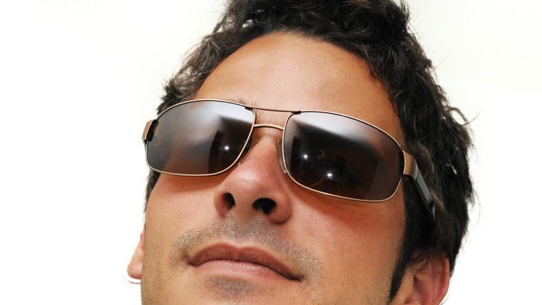 Używanie okularów przeciwsłonecznych kiepskiej jakości może powodować zaburzenia widzenia