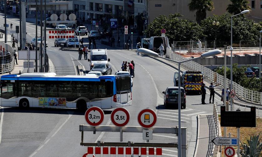35-latek staranował furgonetką dwie wiaty przystankowe w Marsylii