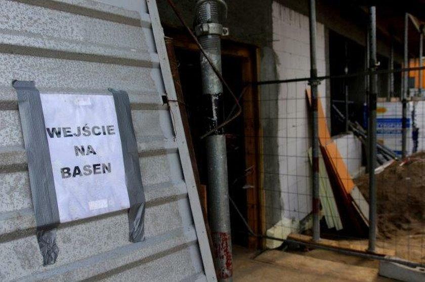 Tak wygląda wejście na pływalnię szkoły w Gdańsku Kokoszkach