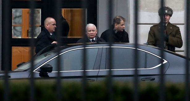 Prezes PiS Jarosław Kaczyński wychodzi po spotkaniu w Pałacu Prezydenckim