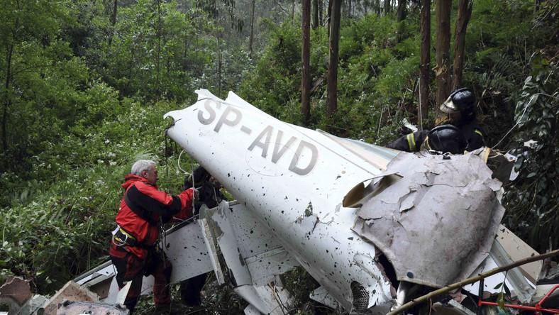 Zdjęcie wraku awionetki w lesie niedaleko lotniska Castrillon, udostępnione przez straż pożarną