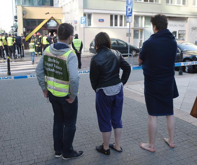 Ewakuowani mieszkańcy koło bloku przy ul. Śliskiej 10 w Warszawie