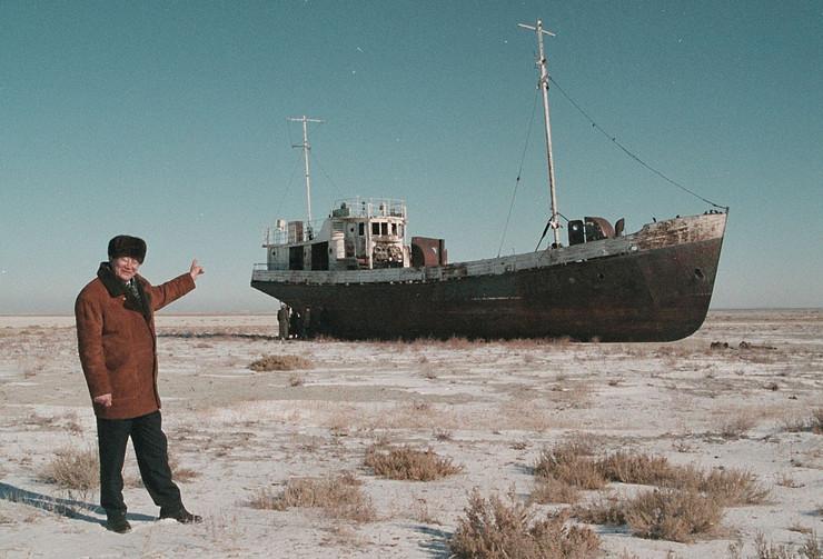 aral Aralsk's Mayor Alashbai Baimyrzayev points 23 March 1999 near the city of Kyzmet, a fishery on Aralsk's dry harbor at an abandoned fishermen ship profimedia-0017444727