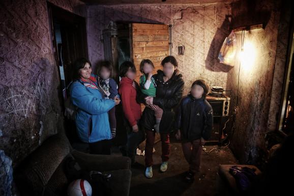 Deca sa majkom u trošnoj kući