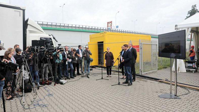 Prezydent Warszawy Rafał Trzaskowski (C-P) podczas konferencji prasowej przed siedzibą MPWiK w Warszawie