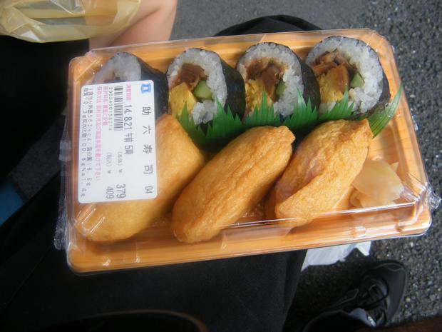 Małe pudełko bento z ryżem w tofu i sushi - w sam raz na śniadanie