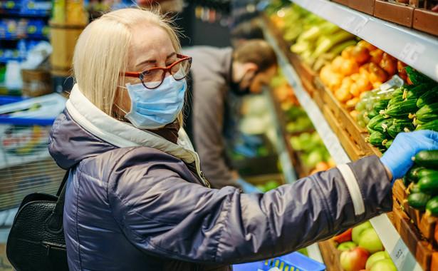 Kobieta w maseczce robi zakupy